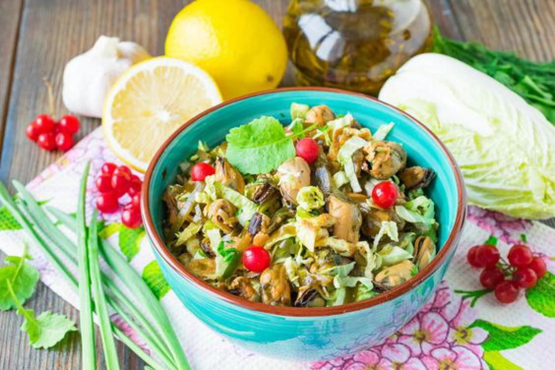 Салат из пекинской капусты с мидиями: рецепт