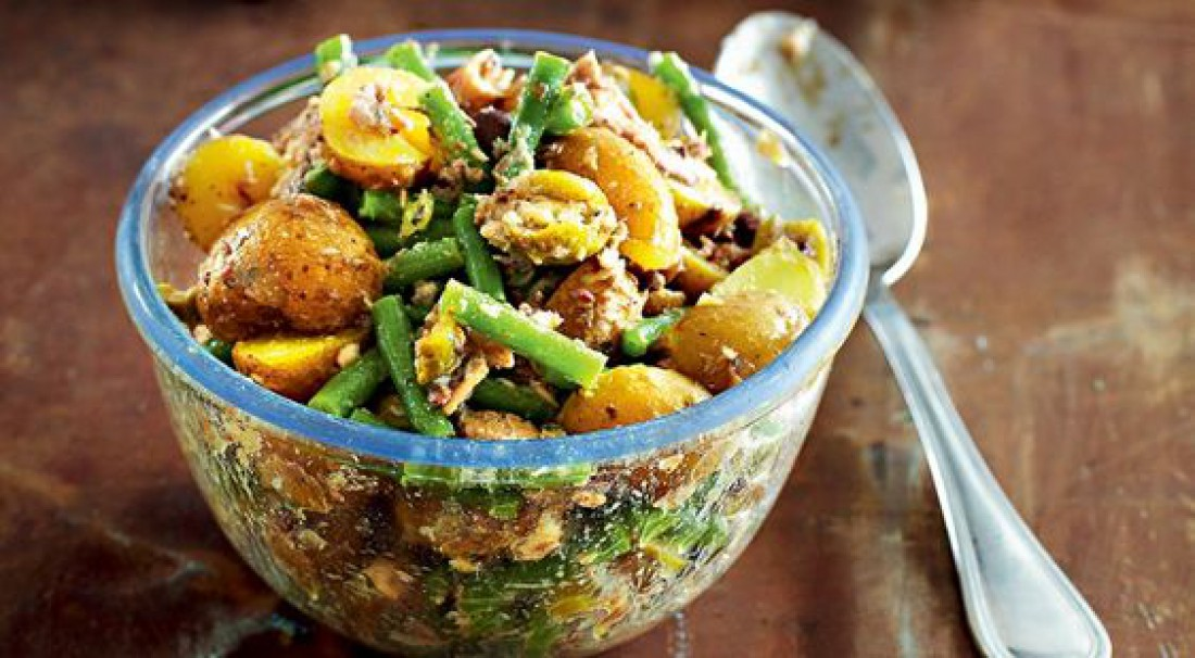Салат из молодого картофеля с сардинами и фасолью