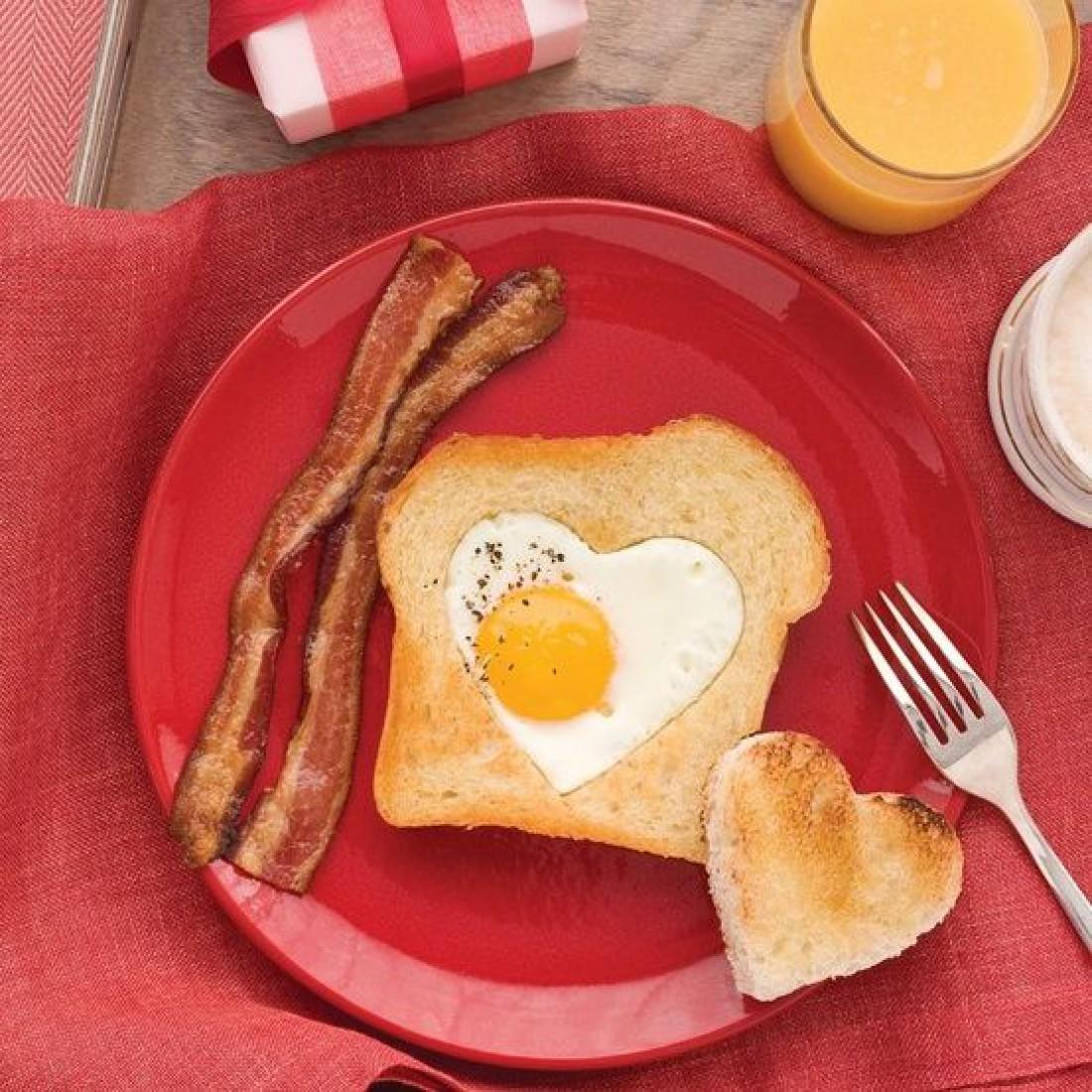 Завтрак в постель на День святого Валентина - Яичница по-французски