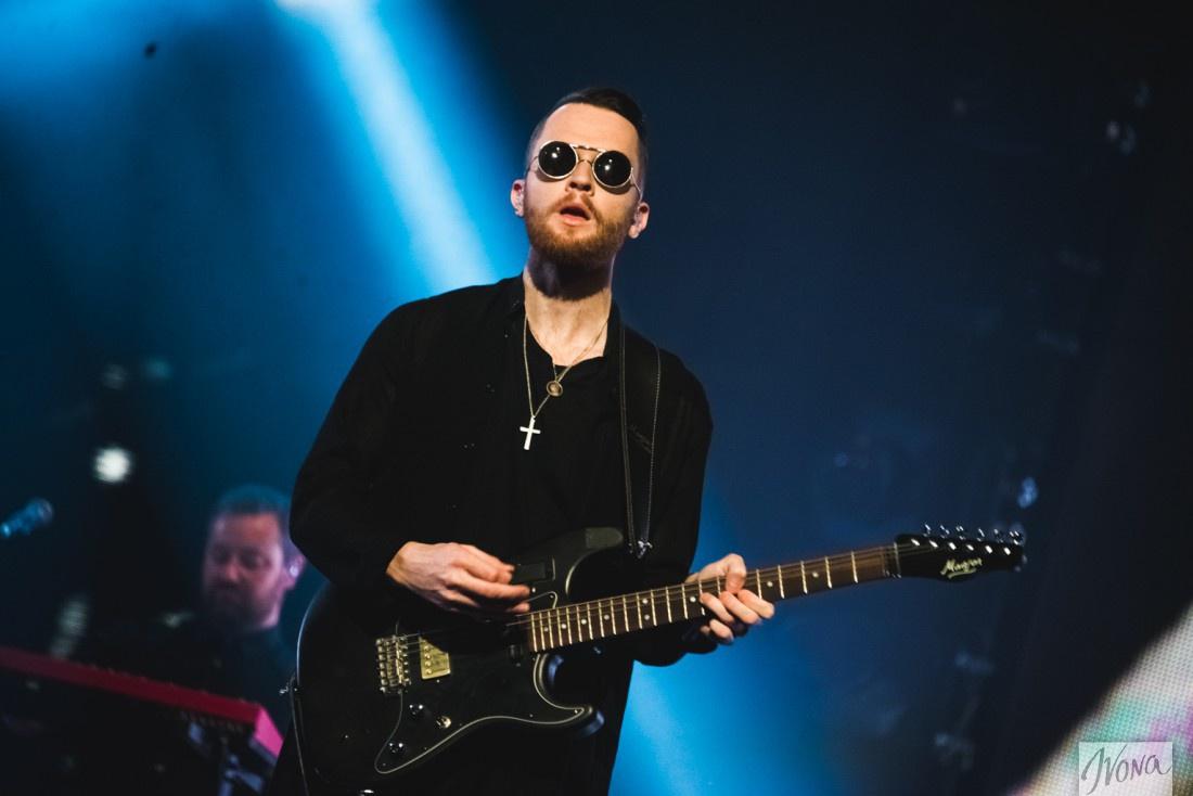 Адам Андерсон играет на клавишных и гитаре в группе Hurts