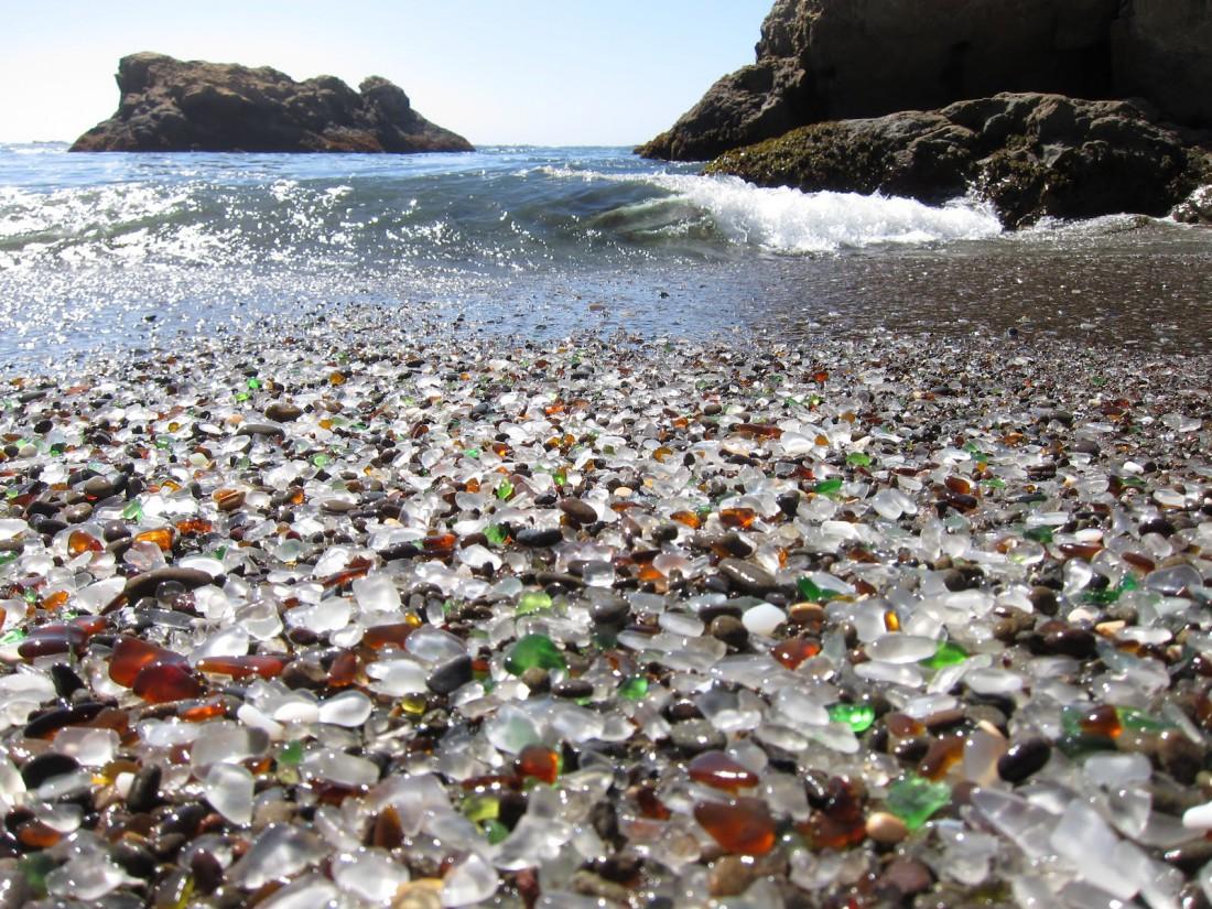 """""""Стеклянный пляж"""" в Калифорнии, США"""