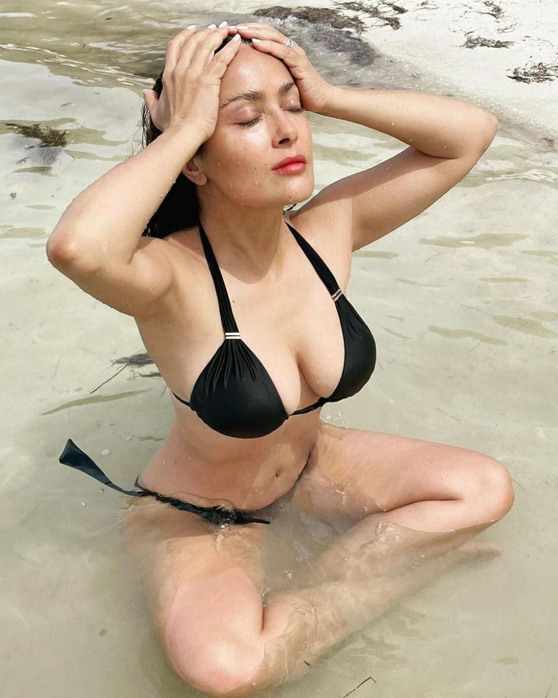 Сальма Хайек показала фото в мокром купальнике