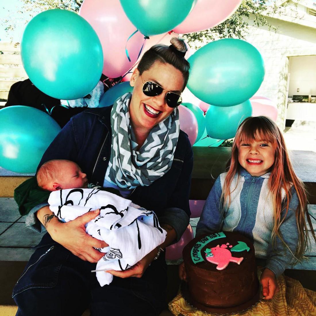 Певица Пинк со своими детьми