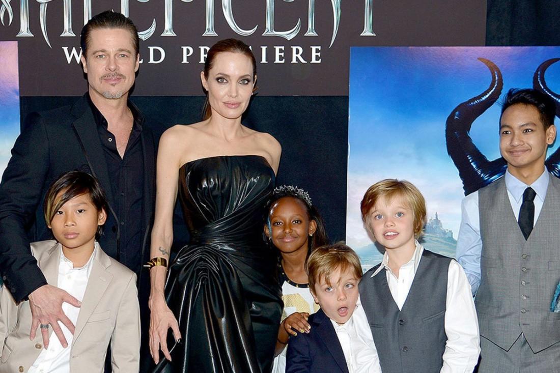 Актеры Брэд Питт и Анджелина Джоли с детьми