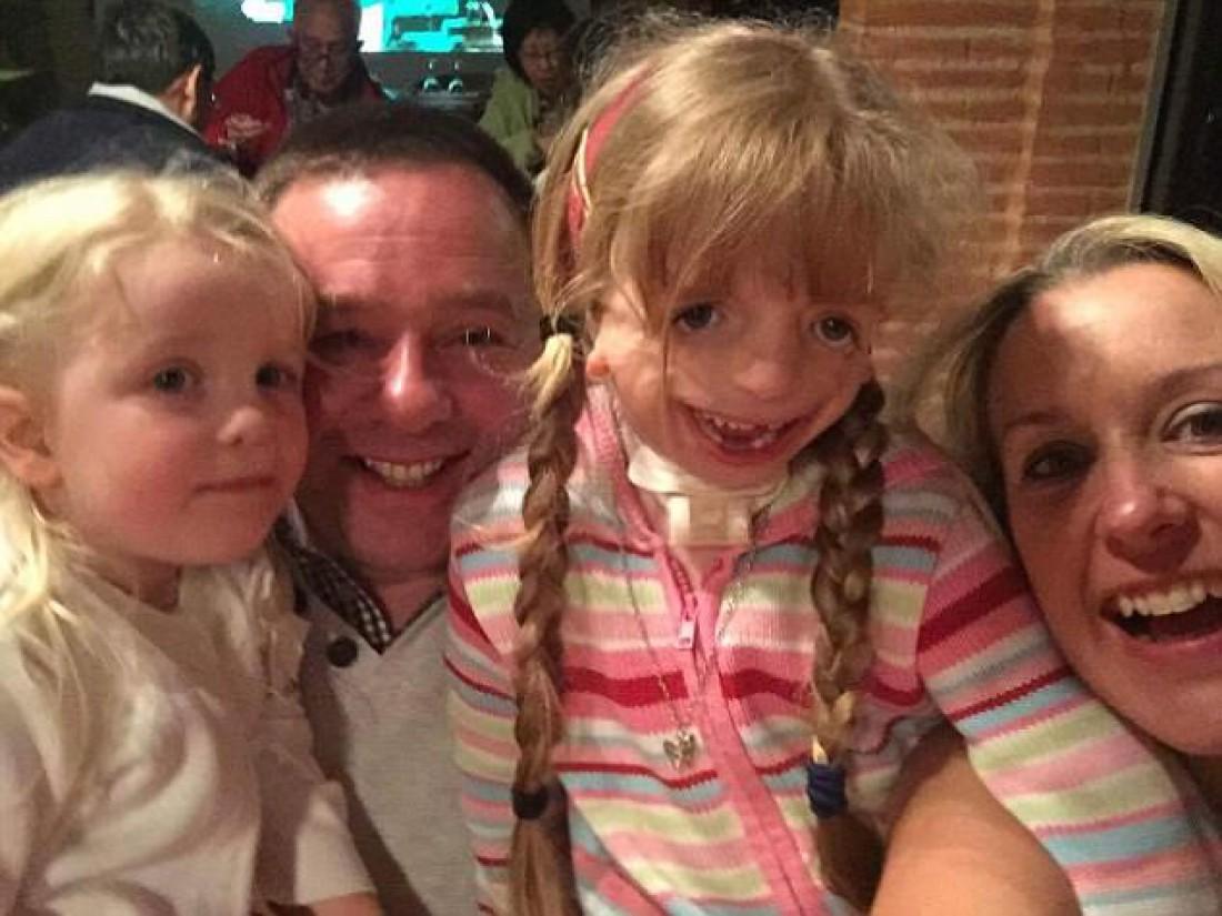 Мейзи Култон с семьей