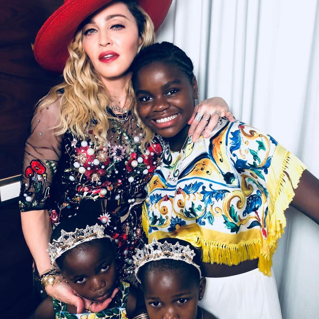 Мадонна с детьми в Бразилии