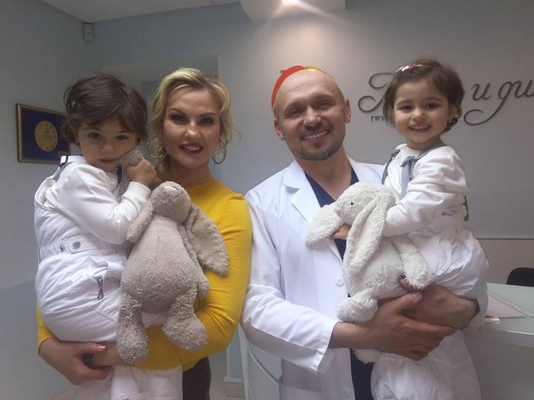 Камалия с дочками и врачем Владимиром Котликом