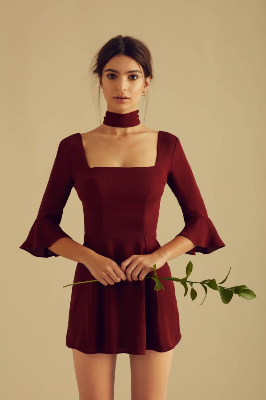 Эмили Ратаковски в мини-платье восхитила поклонников