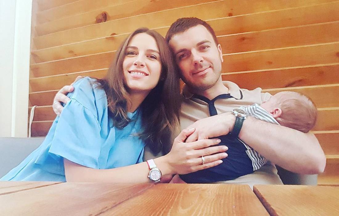 Григорий Решетник с женой Кристиной и сыном