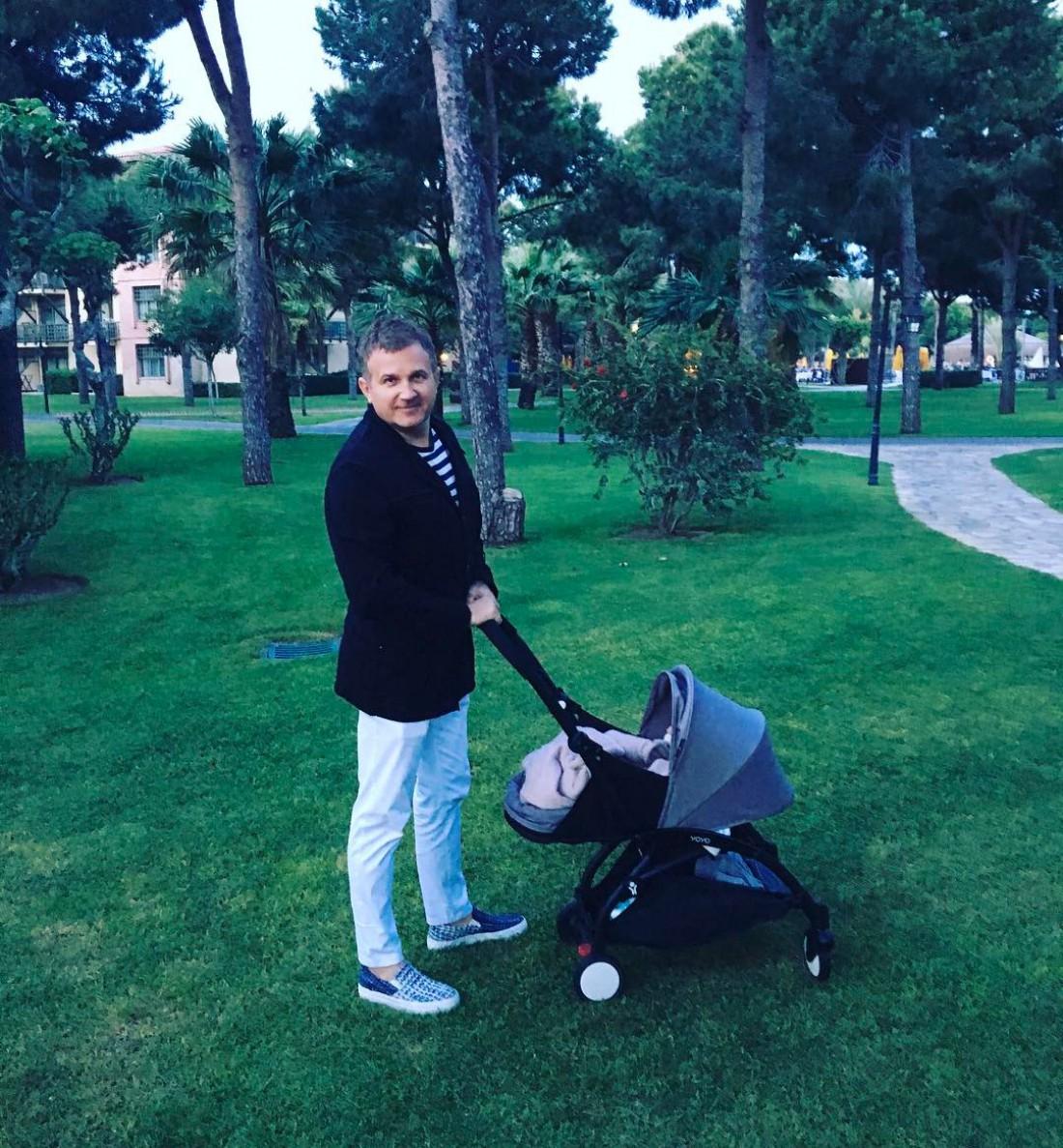 Юрий Горбунов на прогулке с сыном Иваном