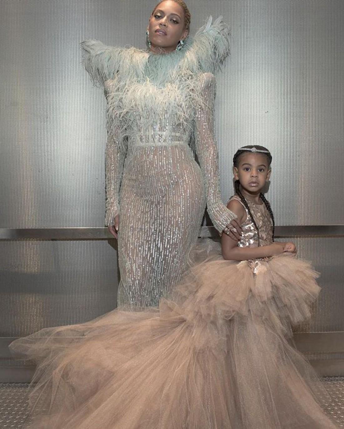 Певица с дочкой