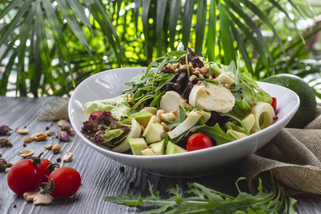 """Салат с авокадо, говядиной и шампиньонами """"Рог изобилия"""""""