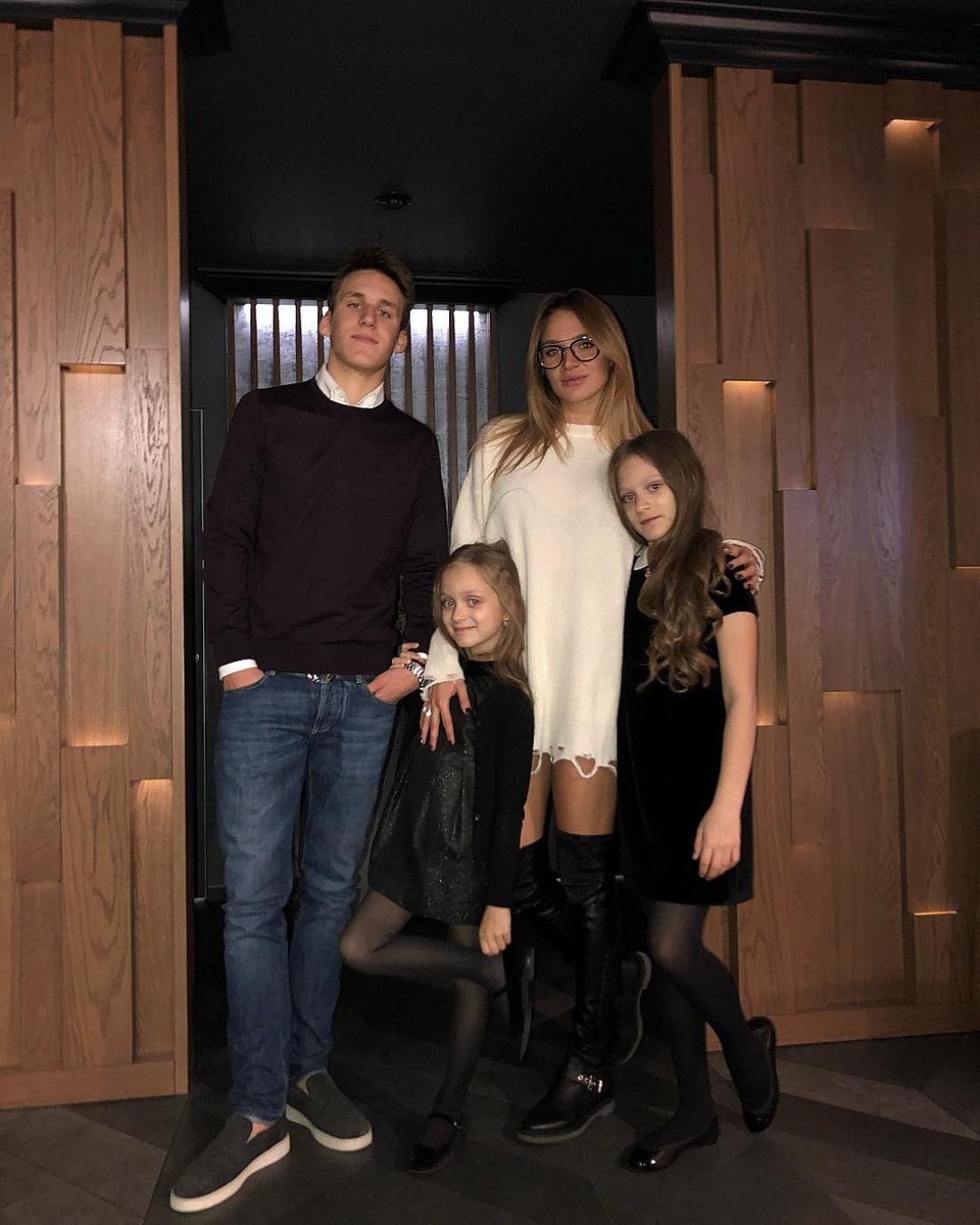 Алла Добкина с братом и сестрами