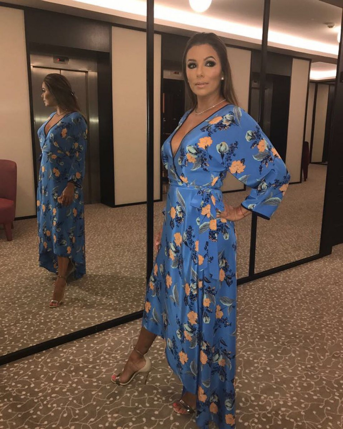 Єва Лонгорія вийшла в світ у приголомшливому плаття