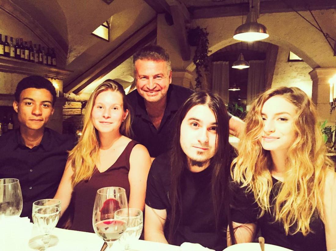 Леонид Агутин с дочками Полиной, Лизой и их парнями