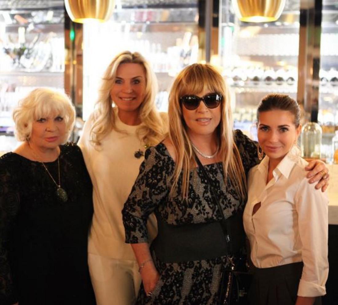Слева на право: Алина Редель, Марина Юдашкина, Алла Пугачева, дочь Галина Юдашкина