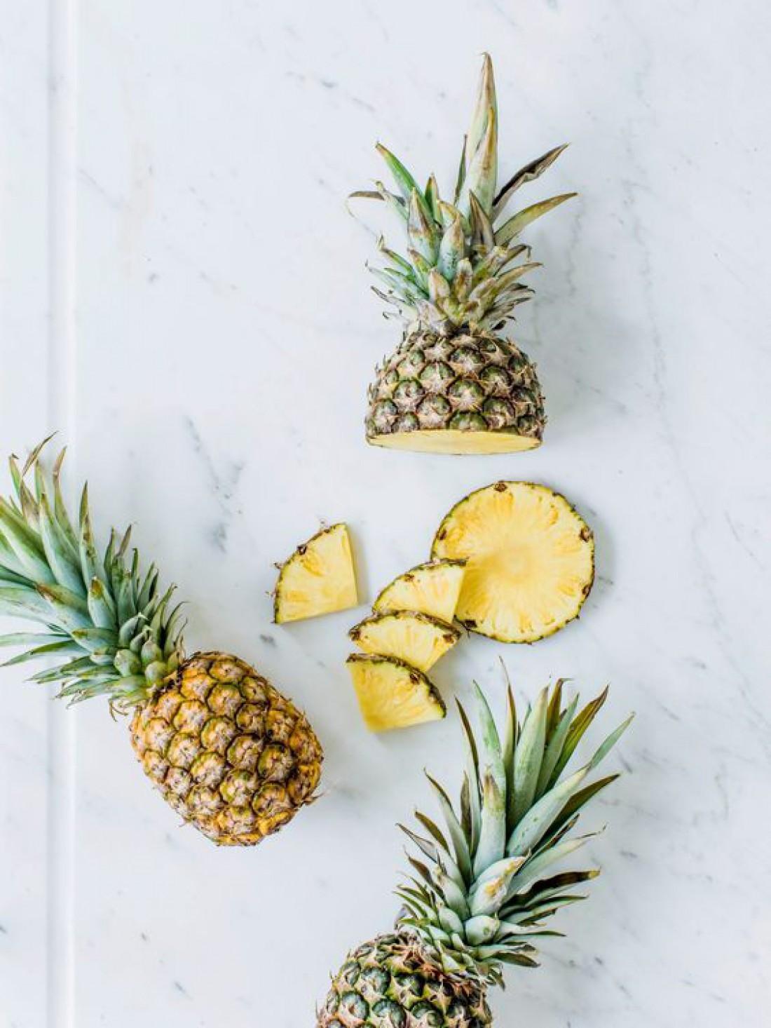 Как быстро почистить ананас: полезный лайфхак