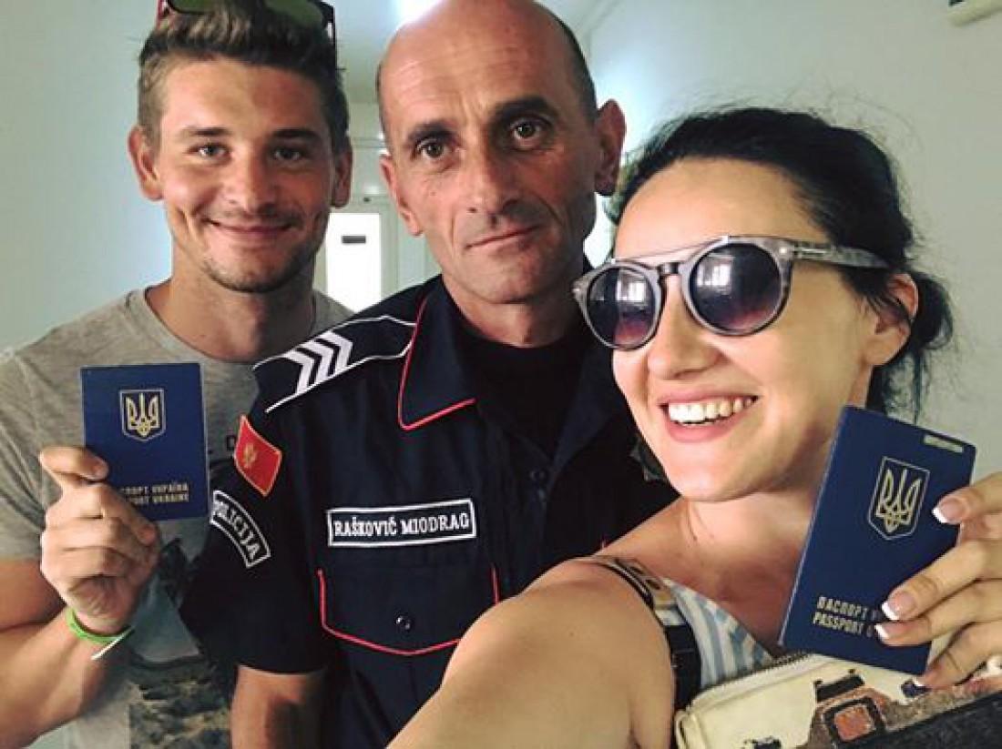 Соломия Витвицкая с мужем Владом и черногорским полицейским