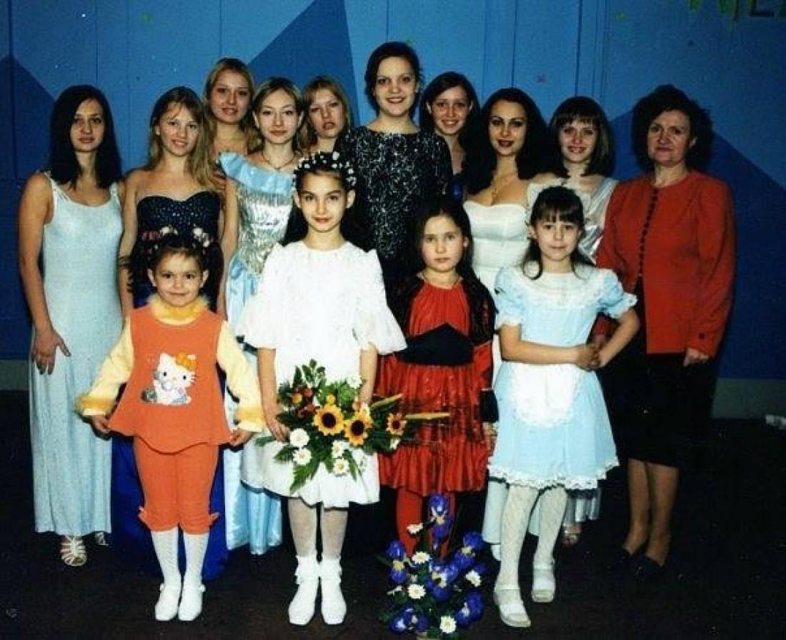 Алина Башкина в первом ряду с цветами