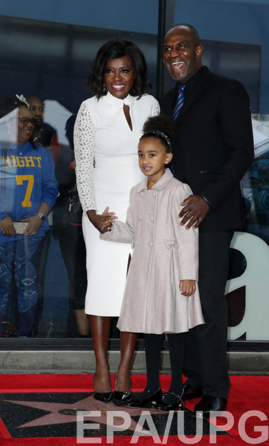 Виола с дочкой и мужем