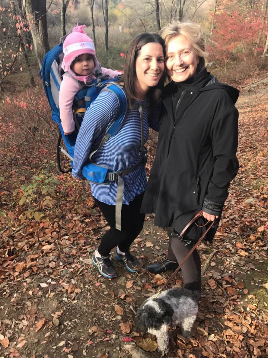 Марго и Хиллари Клинтон в лесу