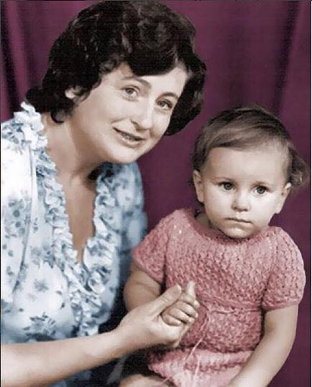 Ани Лорак показала собственный детский снимок смамой