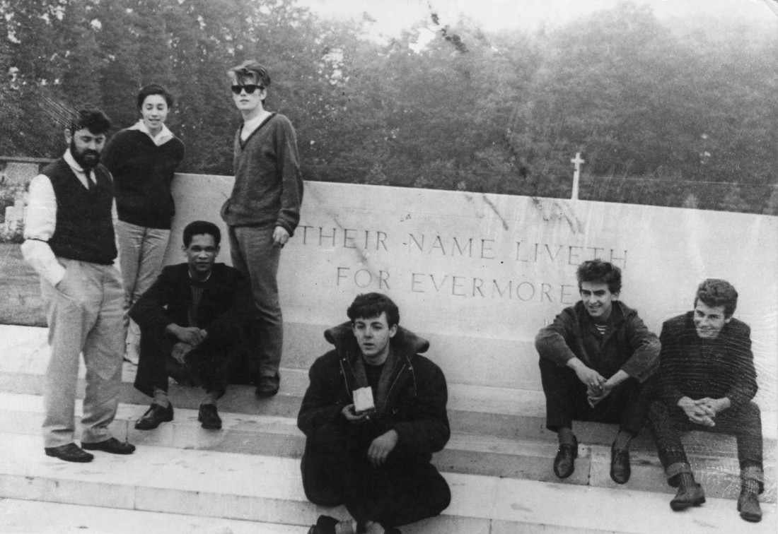 Алан Уильямс (бородатый мужчина слева) с участниками группы The Beatles