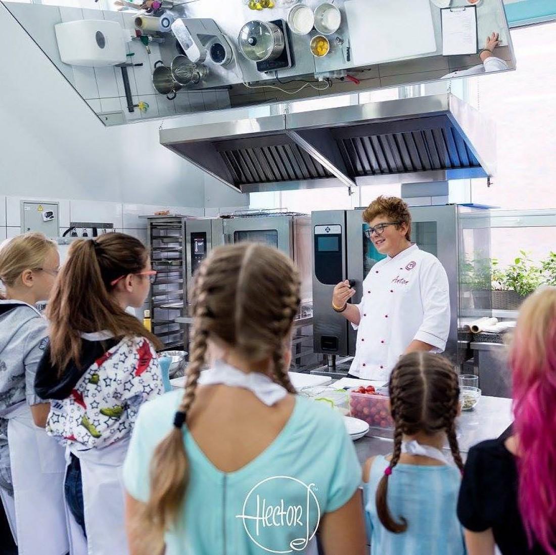 Антон проводит мастер-класс в кулинарной школе Эктора Хименес-Браво