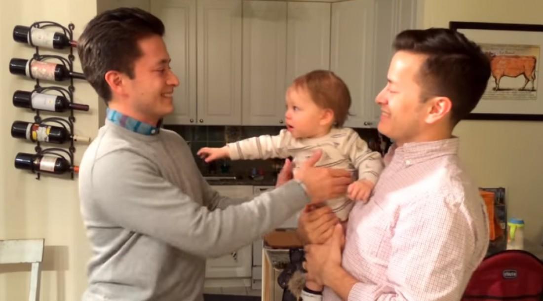 Папа и его брат-близнец разыграли малыша