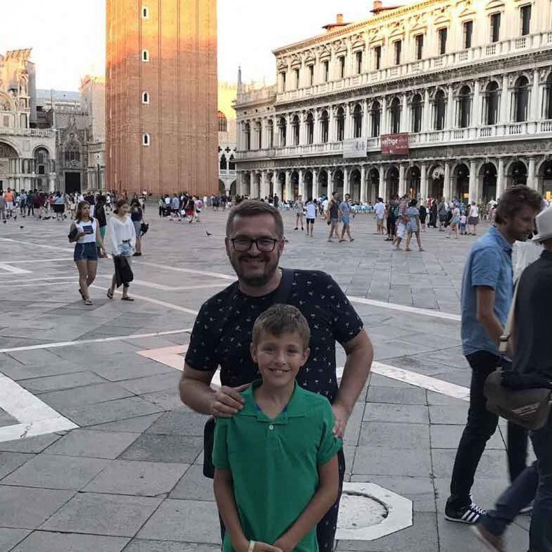 Александр Пономарев с сыном на площади Святого Марка в Италии