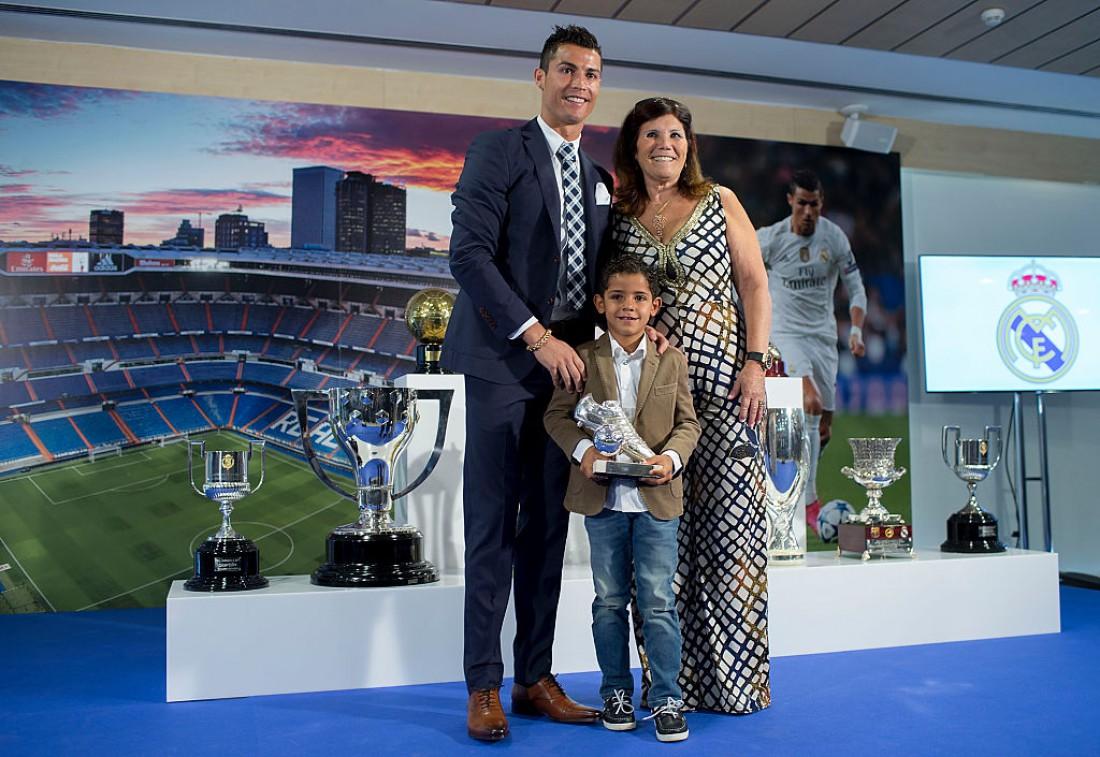 Криштиану Роналду с сыном и мамой