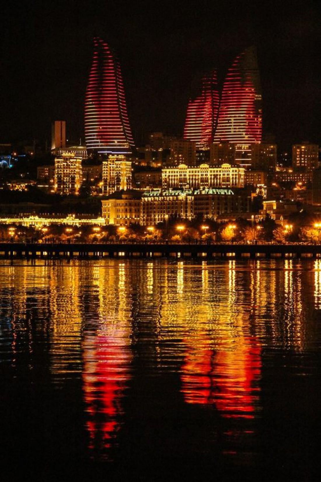 Пламенные башни ночью выглядят особенно захватывающе