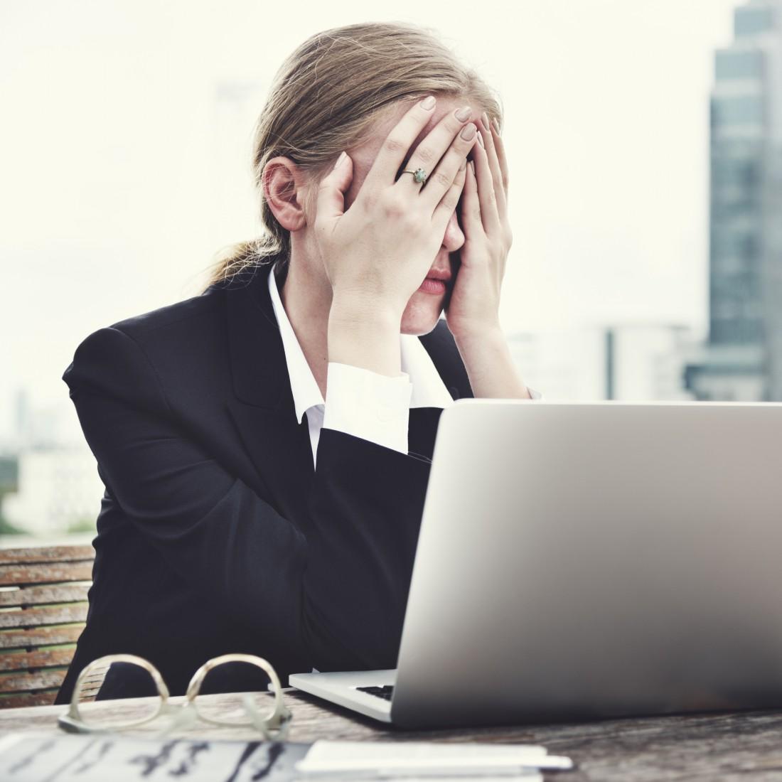 Если ты почувствовала сильнейшую головную боль, вызывай скорую помощь