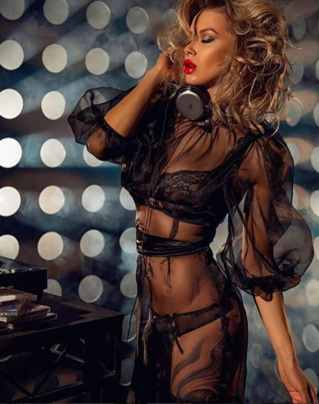 Полина Логунова в прозрачном платье
