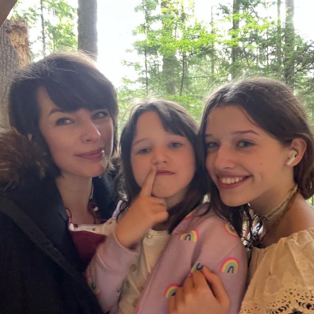 Милла Йовович со старшими дочерями