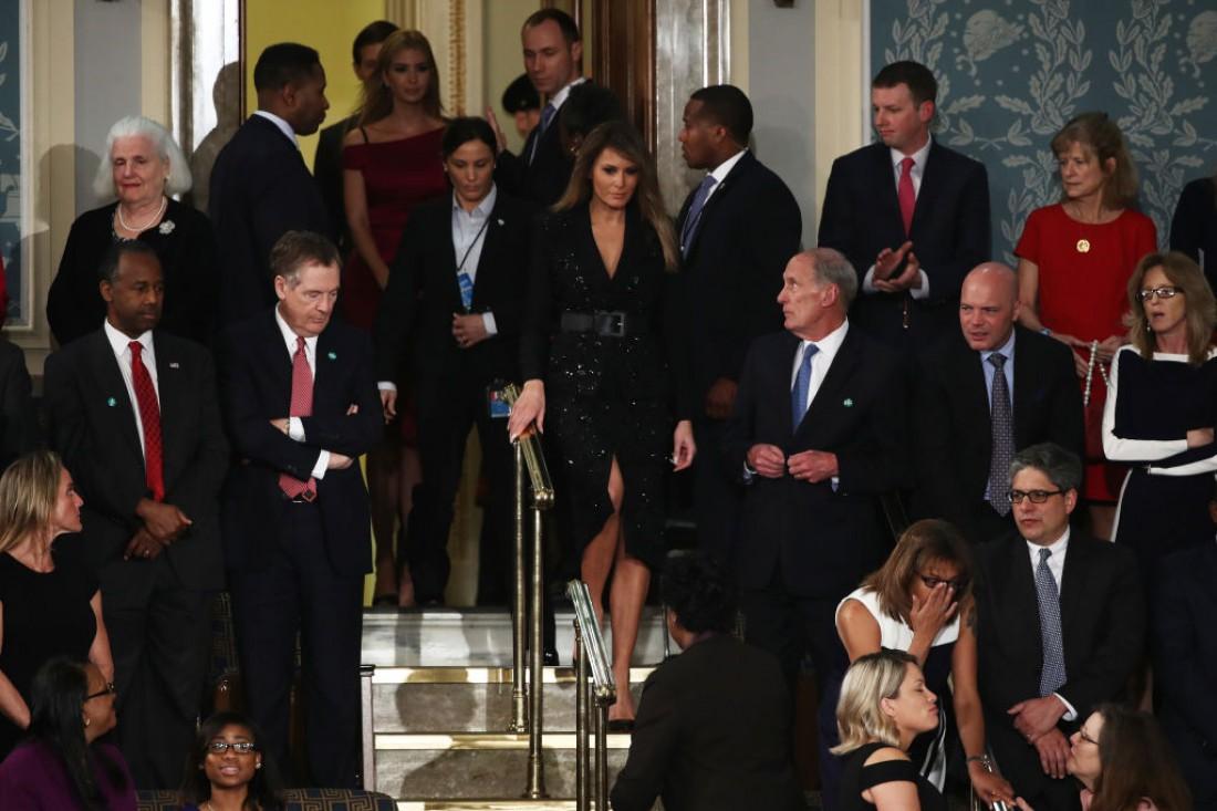 Меланья Трамп (в центре)