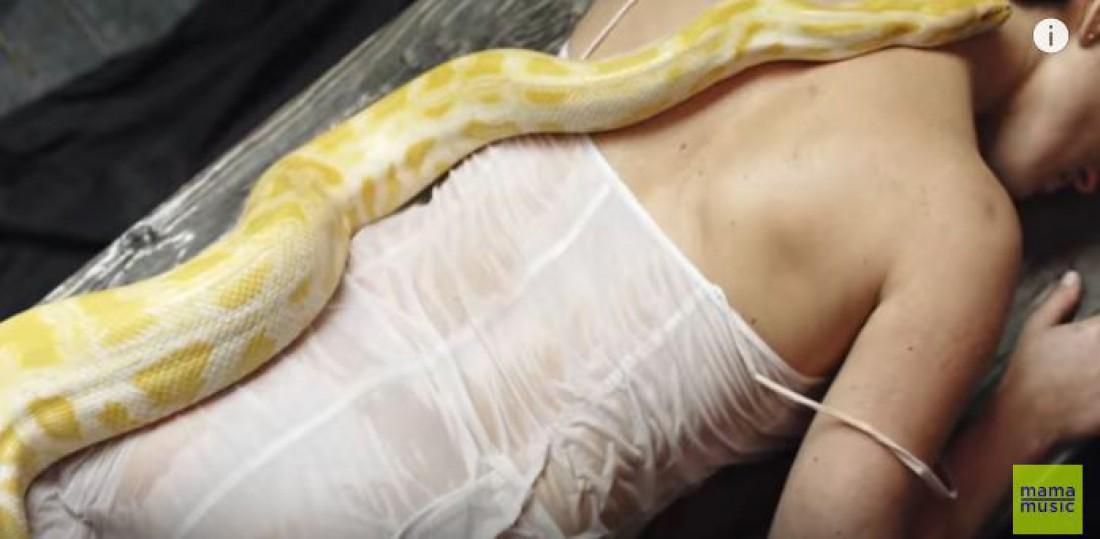 Даша Астафьева со змеей