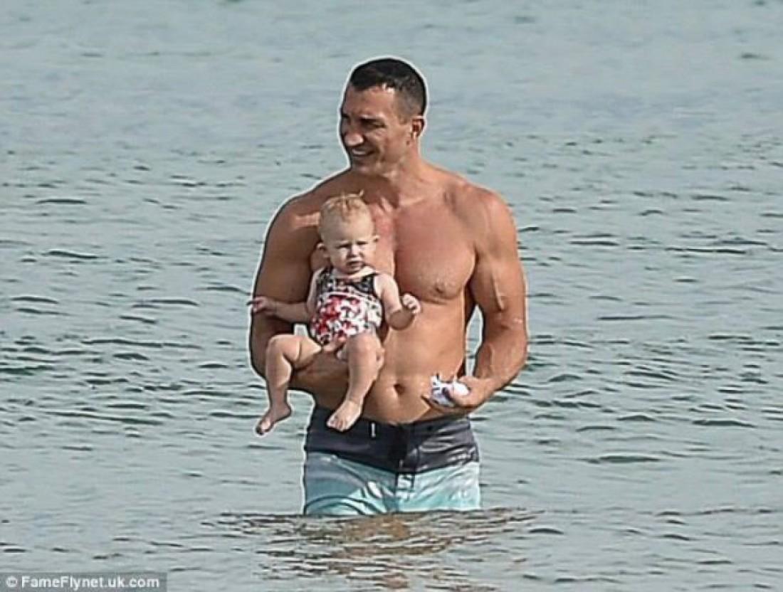 Владимир Кличко искупал подросшую дочурку в океане