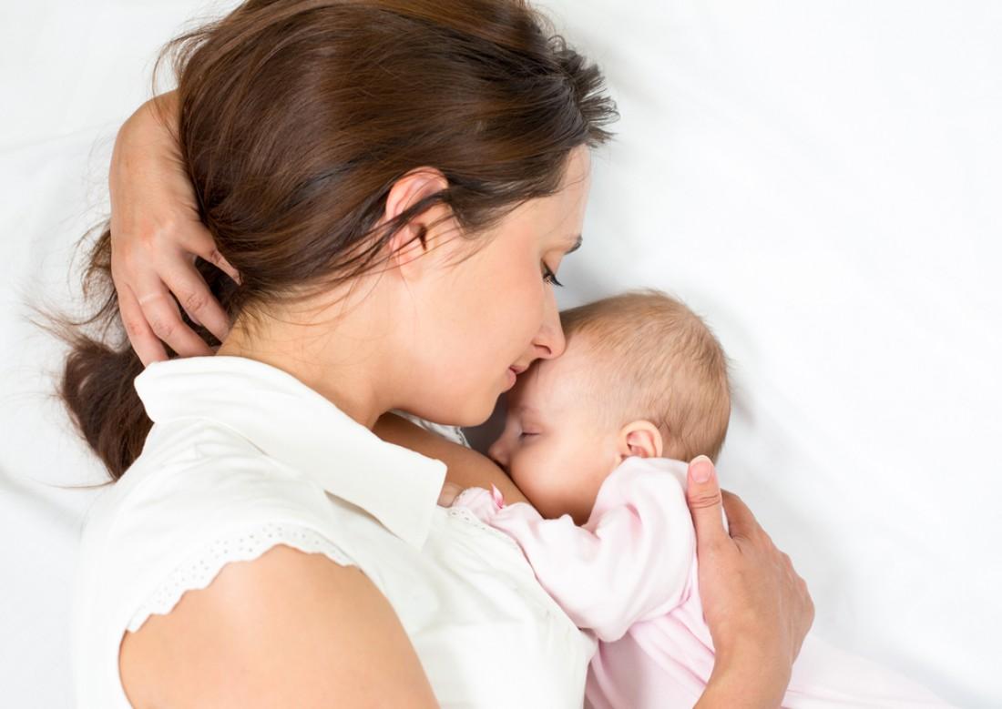 Сон с ребенком улучшает качество грудного вскармливания
