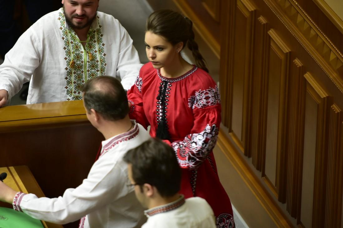 Нардеп Алена Кошелева в вышитом платье