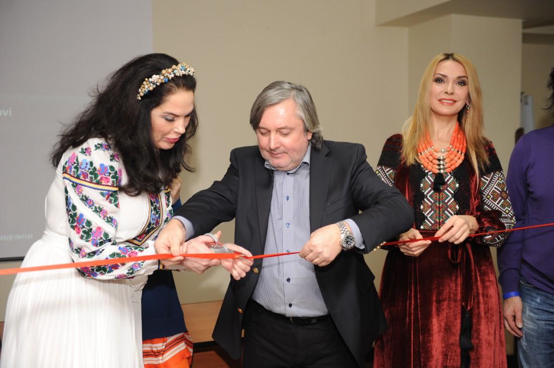 Открытие фестиваля: Влада Литовченко перерезает красную ленту
