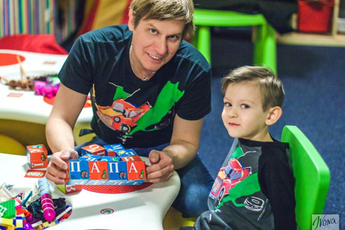 Степан с сыном играют в детской комнате кинотеатра Оскар