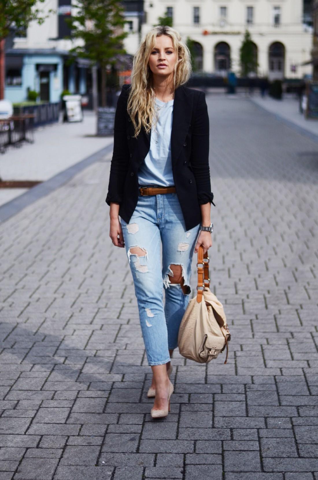 Бежевые туфли дружат и с джинсами, и с платьями