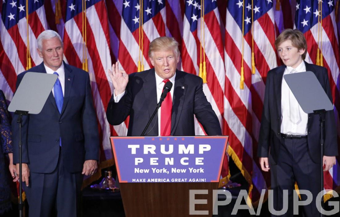 Дональд Трамп с сыном (справа)