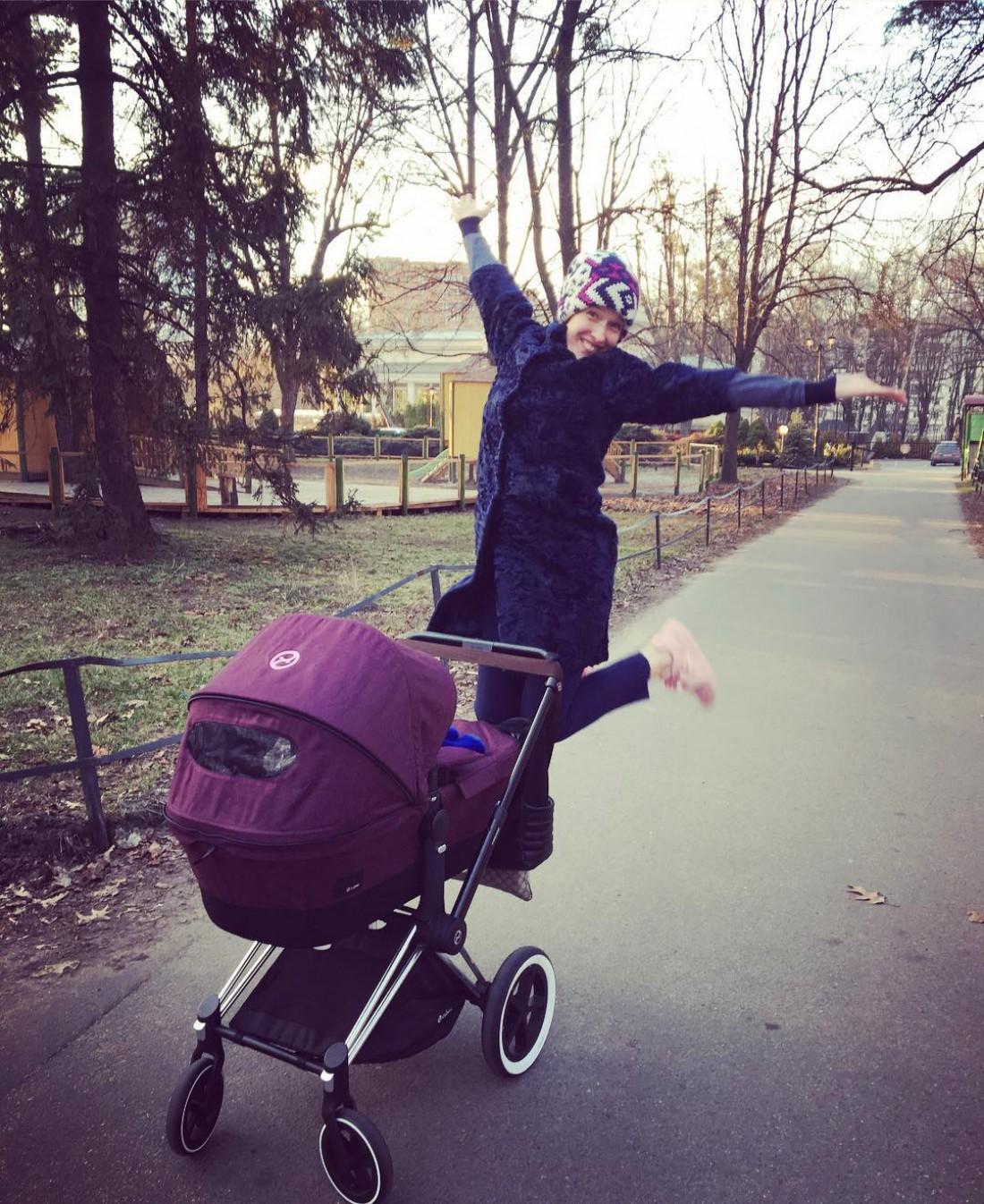 Осадчая гуляет с малышом