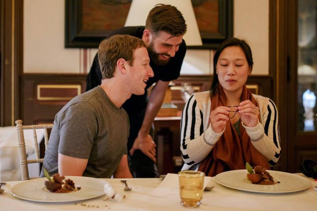 Марк Цукерберг с женой Присциллой и Жераром Пике
