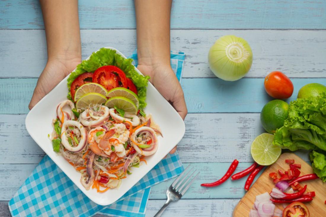 Теплый салат с морепродуктами ко Дню святого Валентина: Рецепт в тайском стиле