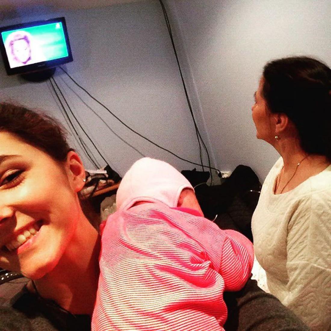 Старшая дочь Тони Ульяна держит на руках сестричку Нину, а справа стоит Нина Матвиенко – мама Тони.