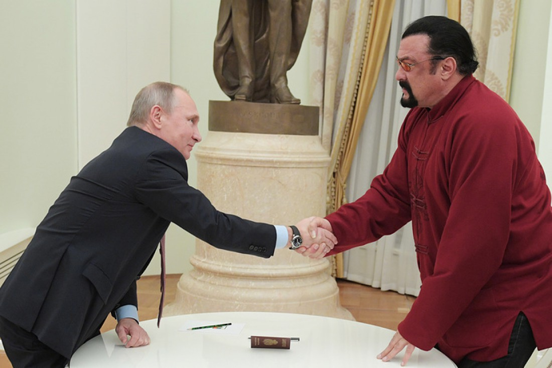 Владимир Путин вручил русский паспорт американскому актеру Стивену Сигалу