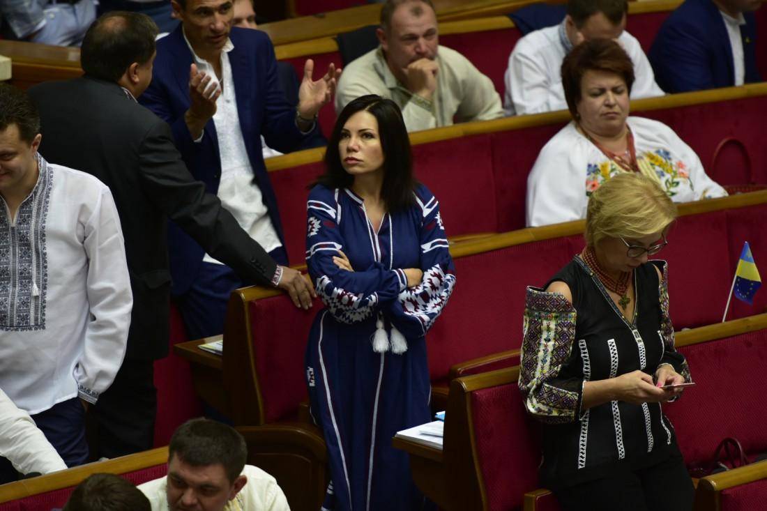 Виктория Сюмар в платье-вышиванке, а Людмила Денисова (справа) в вышитом корсете с открытыми плечами
